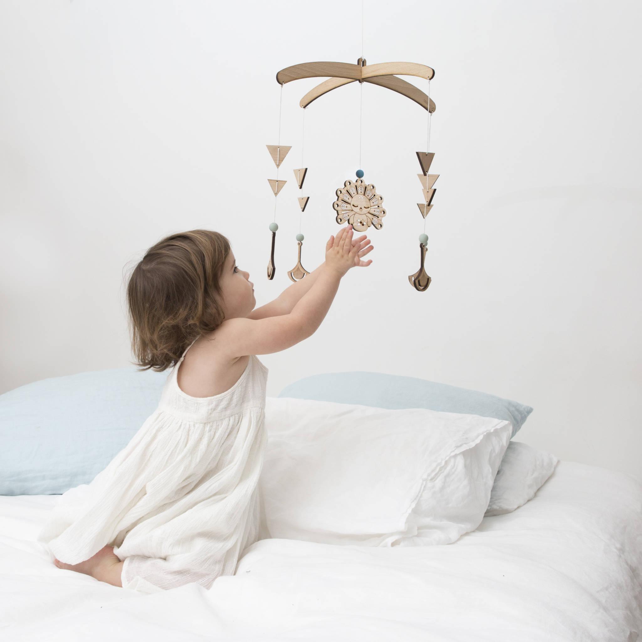 mobile en bois pour bébé chambre enfant décor