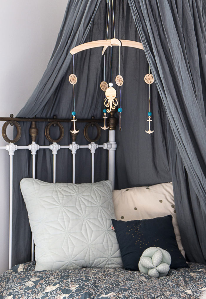 chambre bebe décoration scandinave nordique mobile marin garçon
