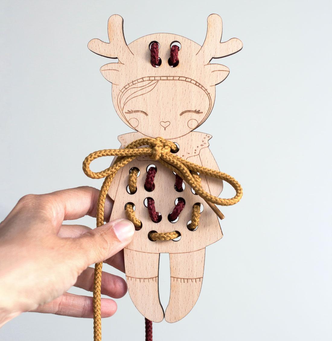 jeu de motricité fine personnage en bois à lacer