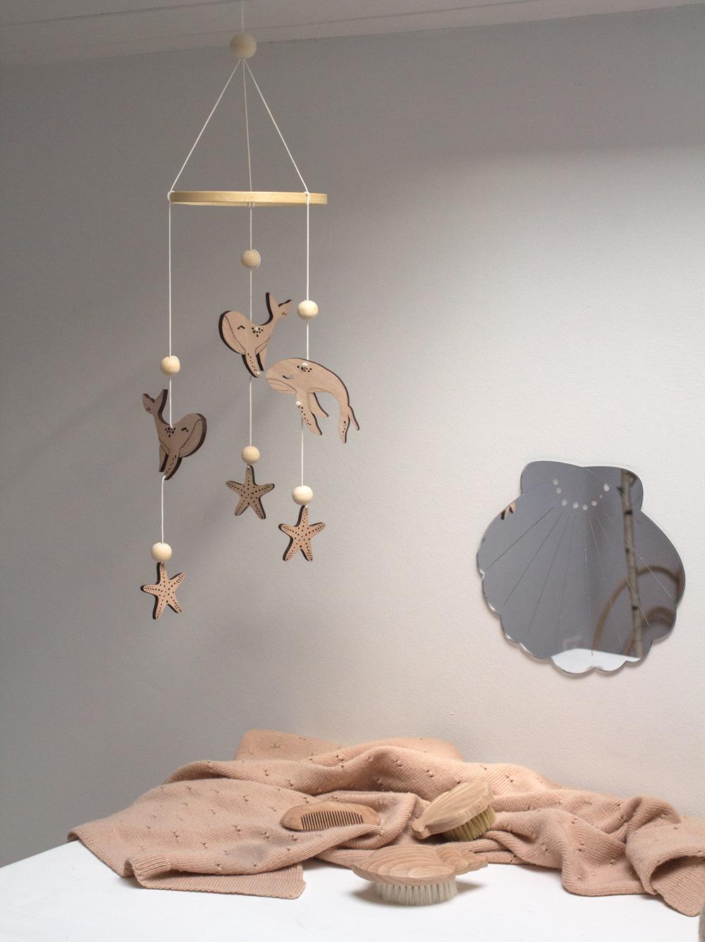 mobile bébé baleines en bois pour chambre bébé